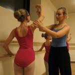 Ballettpedagog Marthe Westgaard sørger for at de klassiske positurene blir riktig. Foto: AK Danielsen