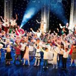 Fargespill forener kulturer og musikk gjennom 100 barn på scenen. Foto: Emanuelsen