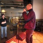 Daglig leder Klungland tester forholdene fra scenen mens  kokk og eier Fjermeros følger med. Foto: AK Danielsen