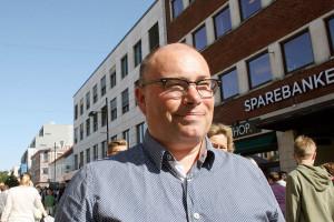 Harald Andersen speider utover folkehavet på Handelens dag - Foto: Pål Lomeland