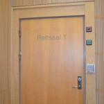 Rettssaken mot de fem tiltalte foregår i rettssal 1 i Kristiansand tingrett. (Foto: Madeleine Liereng)