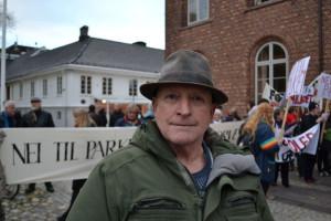 Oddmund Harsvik. Demonstrerer mot parkeringskjeller under Torvet i Kristiansand. Foto: Marianne Furuberg