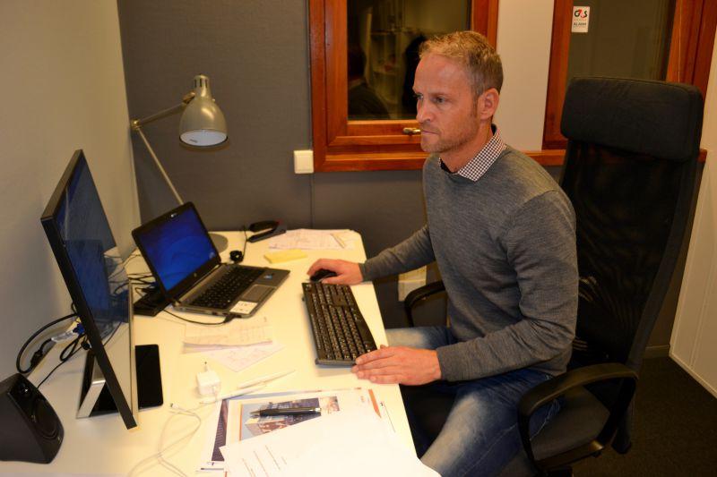 Helge Josland på kontoret