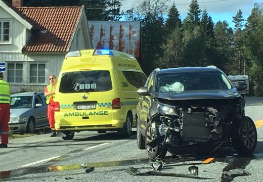 Postbil mot personbil i Øvrebø