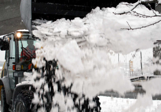 Snø og vind gir vanskelige kjøreforhold