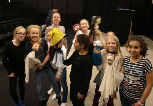 Unge skuespillere på scenen med egne påfunn