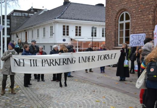 Demonstrerer mot parkeringshus